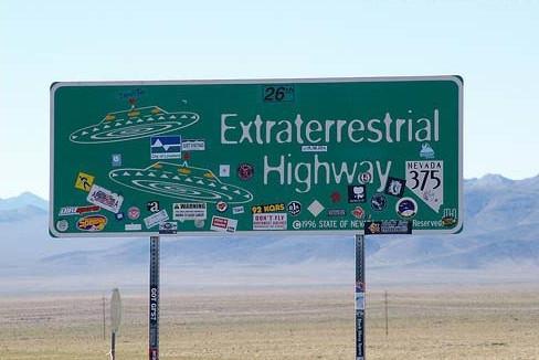 """据说375号公路是美国目击UFO最频繁的地方,所以当地人给375号公路起个外号:""""外星人公路""""。"""