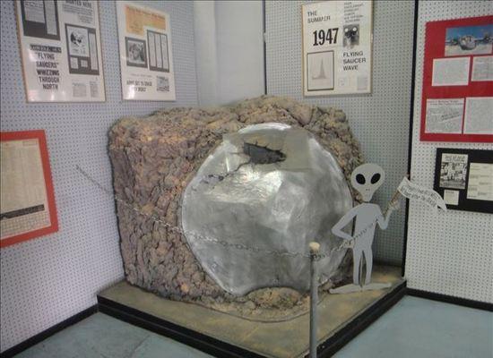 """""""51区""""长久以来就有许多与UFO有关的传说,包括俘虏外星人、外星飞行器、地下秘密基地及美国政府与外星人的秘密协议等。"""