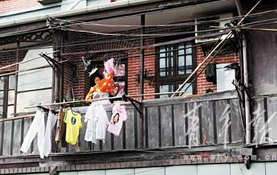 阿婆在老楼的阳台上晾衣服@乍浦路.-阳台