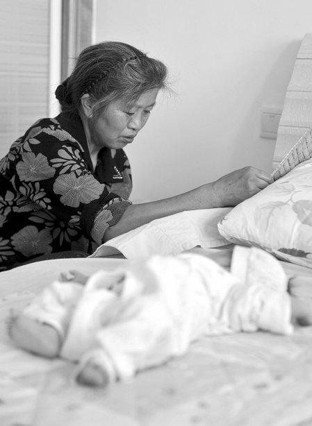 彭州一住户家中冒出黄蚂蚁 咬伤床上10多天婴儿