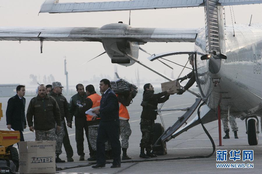 9月3日,在智利圣地亚哥的一处空军基地,士兵装载准备前往军用飞机失事地点胡安费尔南德斯群岛的货运飞机。智利海军上将克里斯蒂安德拉马萨3日上午证实,当地时间3日7点20分失踪飞机中一位女性乘客的遗体被发现,地点在胡安费尔南德斯群岛皮尼略岛比利亚格拉湾附近。新华社/路透