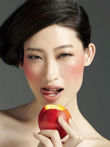 奢侈品 正文    当舒淇登上时尚杂志的封面不再ps掉脸上的雀斑反而