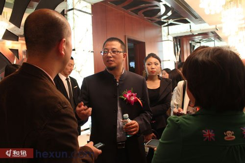 和讯网COO陈剑峰与到场嘉宾交谈