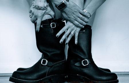 男人给女人穿靴子视频