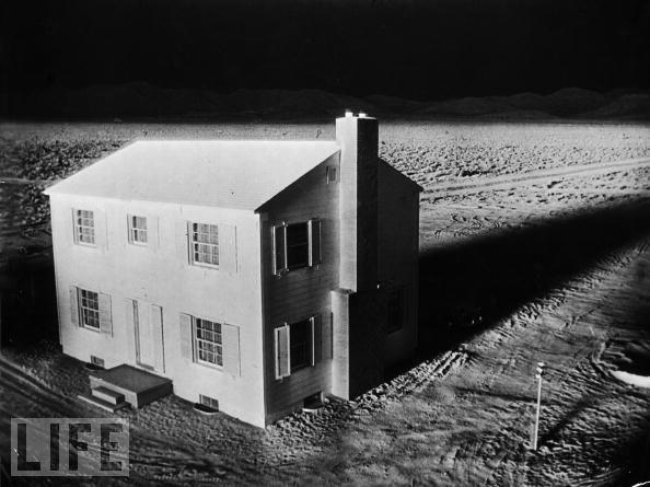 1953年,在一次核试爆过程当中,一间测试房屋被爆炸所产生的亮光照得通明。