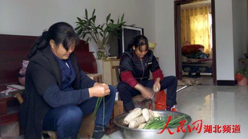 图为移民在装修好的房子里的生活