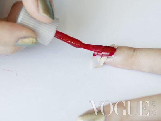 指甲上涂上红色指甲油,就按照平时涂指甲油的方法涂就行了.高清图片