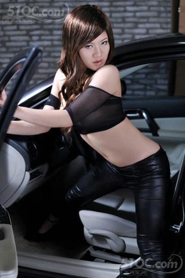 美女性感臀部深沟诱惑 汽车频道