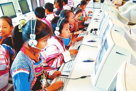 基诺族学生在学习电脑