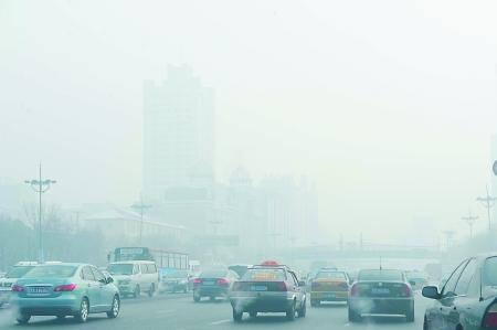 昨日,哈尔滨市区街道的能见度很低。 本版图片除署名外由新华社 发