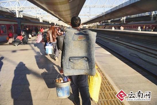 大包小包赶火车 记者 龙宇丹 摄