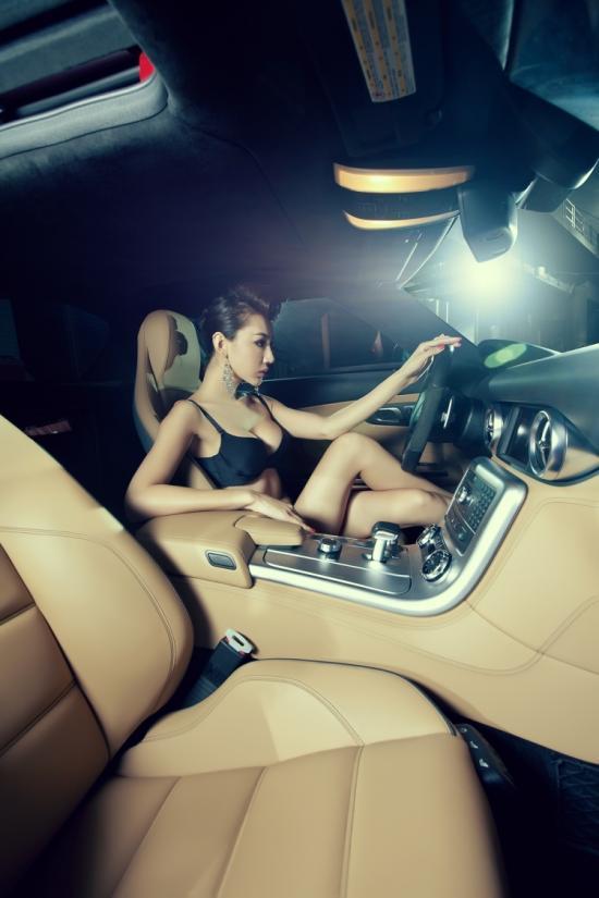 红与黑的碰撞 刺青美女冷艳诱惑奔驰SLS 汽车