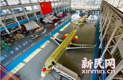 图说:今天上午,两架arj21飞机停靠在上海飞机制造有限公司的总装车间