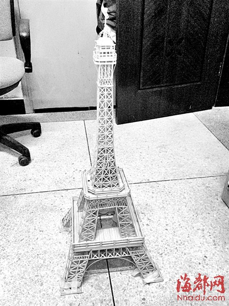 男生吴文忠是竹签版埃菲尔铁塔首席概念师,设计师兼操作工.