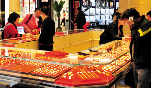 市民在金店购买黄金饰品。记者黄晓松摄