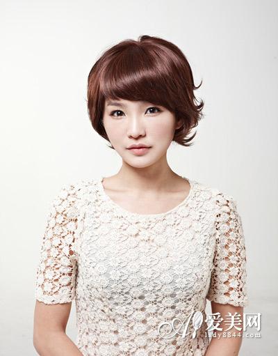 这款韩式短发烫发发型很有优雅ol范儿.