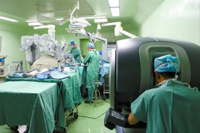 """机器人微创技术同时根除直肠癌,切除肝转移,肺转移病灶的""""三合一""""手术"""