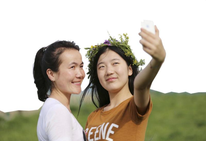本报记者张雪红   两年前的暑假,在自治区团委组织的红色融情实践团中,家住乌鲁木齐县甘沟乡白杨沟村的阿拉依叶尔博乐在北京认识了陈雪。陈雪成了阿拉依了解北京的向导,而阿拉依也成了陈雪了解新疆的一扇窗。   如今,阿拉依已是乌鲁木齐市第36中学的一名高二学生,陈雪则已在北京联合大学旅游学院酒店管理专业上大学了。   阿拉依说:在北京时,我们要跳一支集体舞,陈雪刚好站在我右边,我们就认识了,我跳新疆舞时,她特别激动,一直在为我鼓掌。她们因为相互欣赏而成为知心朋友。   两年来,两个姑娘通过QQ、短信、电