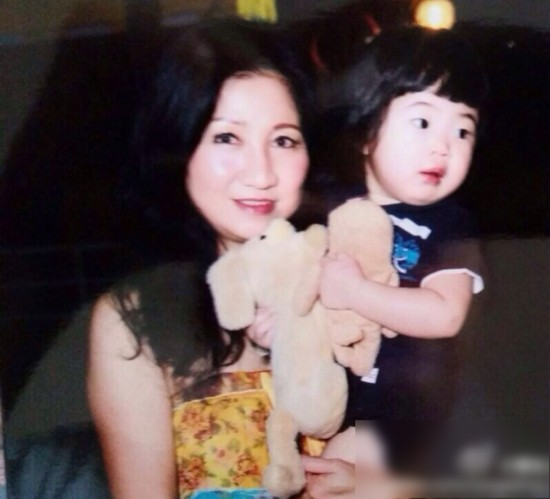 """哥哥joe和爱搞怪的""""姐姐""""grace小时候和日常的照片"""