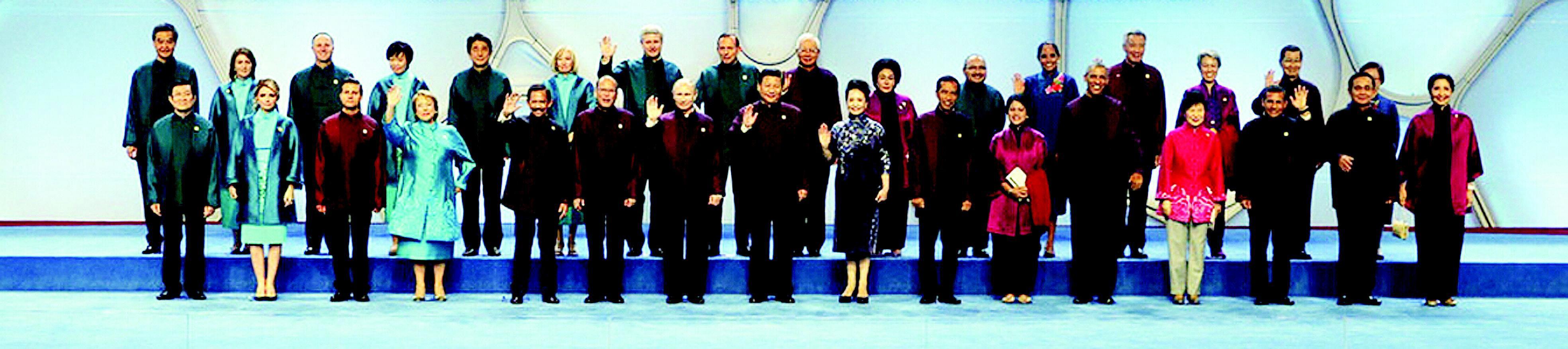 11月10日,国家主席习近平和夫人彭丽媛在北京为出席亚太经合组织第二十二次领导人非正式会议的各经济体领导人及配偶举行欢迎晚宴。这是晚宴前,习近平和夫人彭丽媛与各经济体领导人及配偶集体合影。 新华社 发 详见14--16版