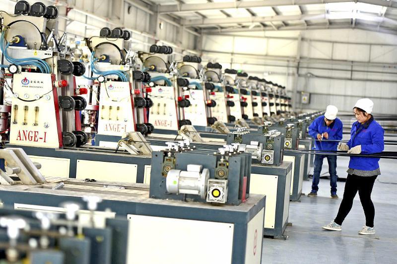 阿拉尔市阿拉尔节水应用技术服务有限公司工人在自动化生产线上监控滴图片