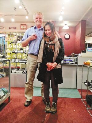 熊敏和68岁珠宝店老板合影-看她如何打工