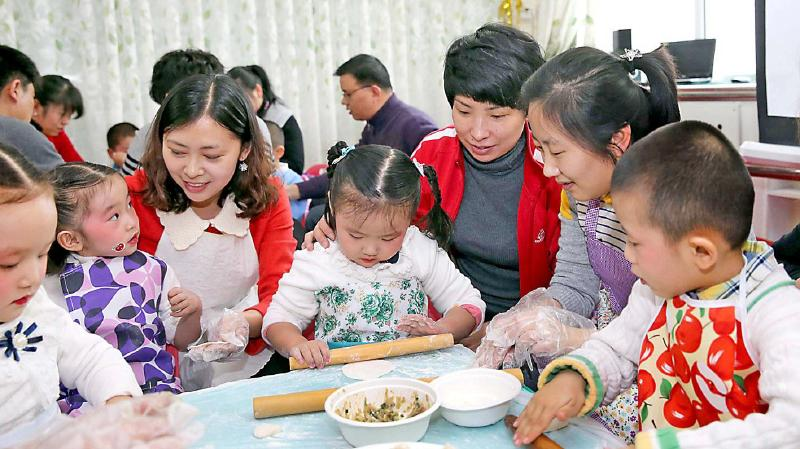 乌鲁木齐市昱萌园林幼儿园艺体中班的儿童学习包饺子