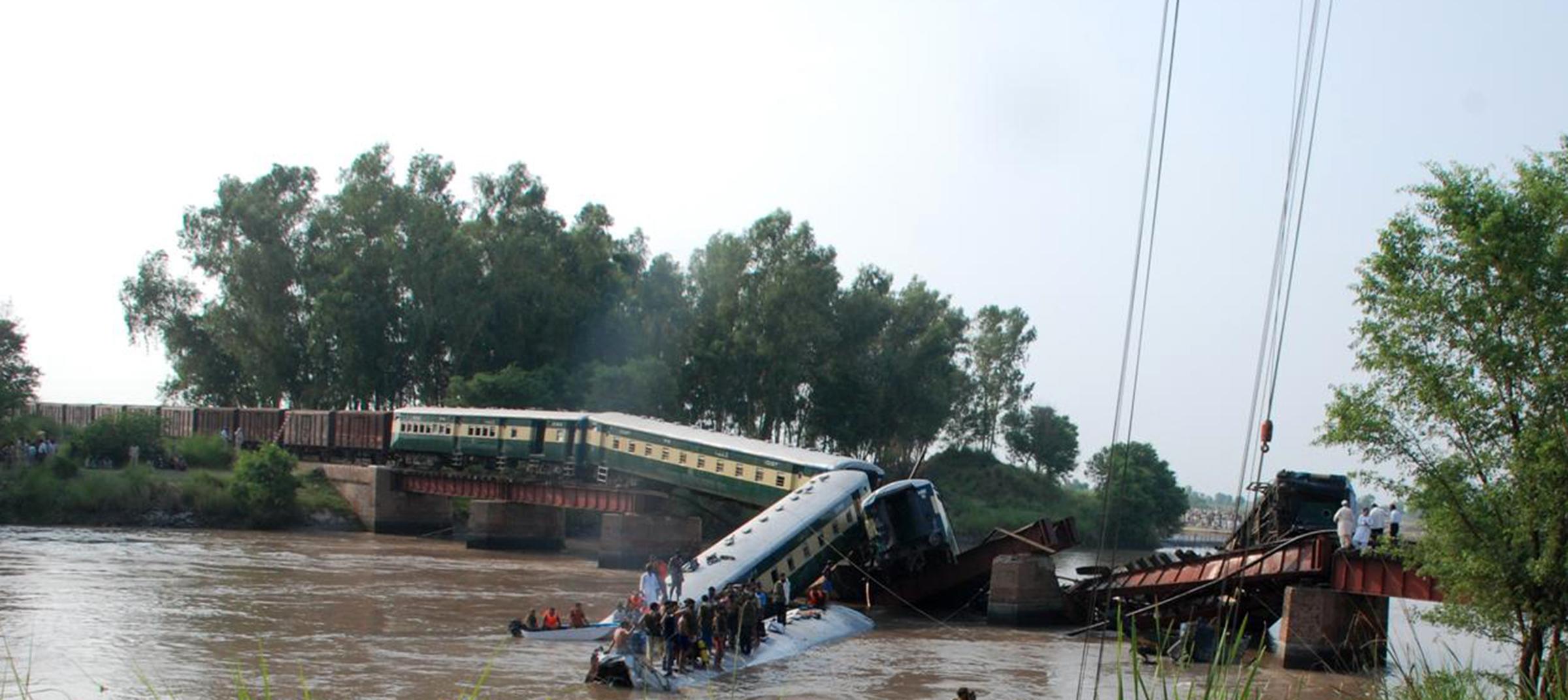 据巴基斯坦媒体2日报道,巴东部古杰兰瓦拉地区当天下午一列火车在过桥
