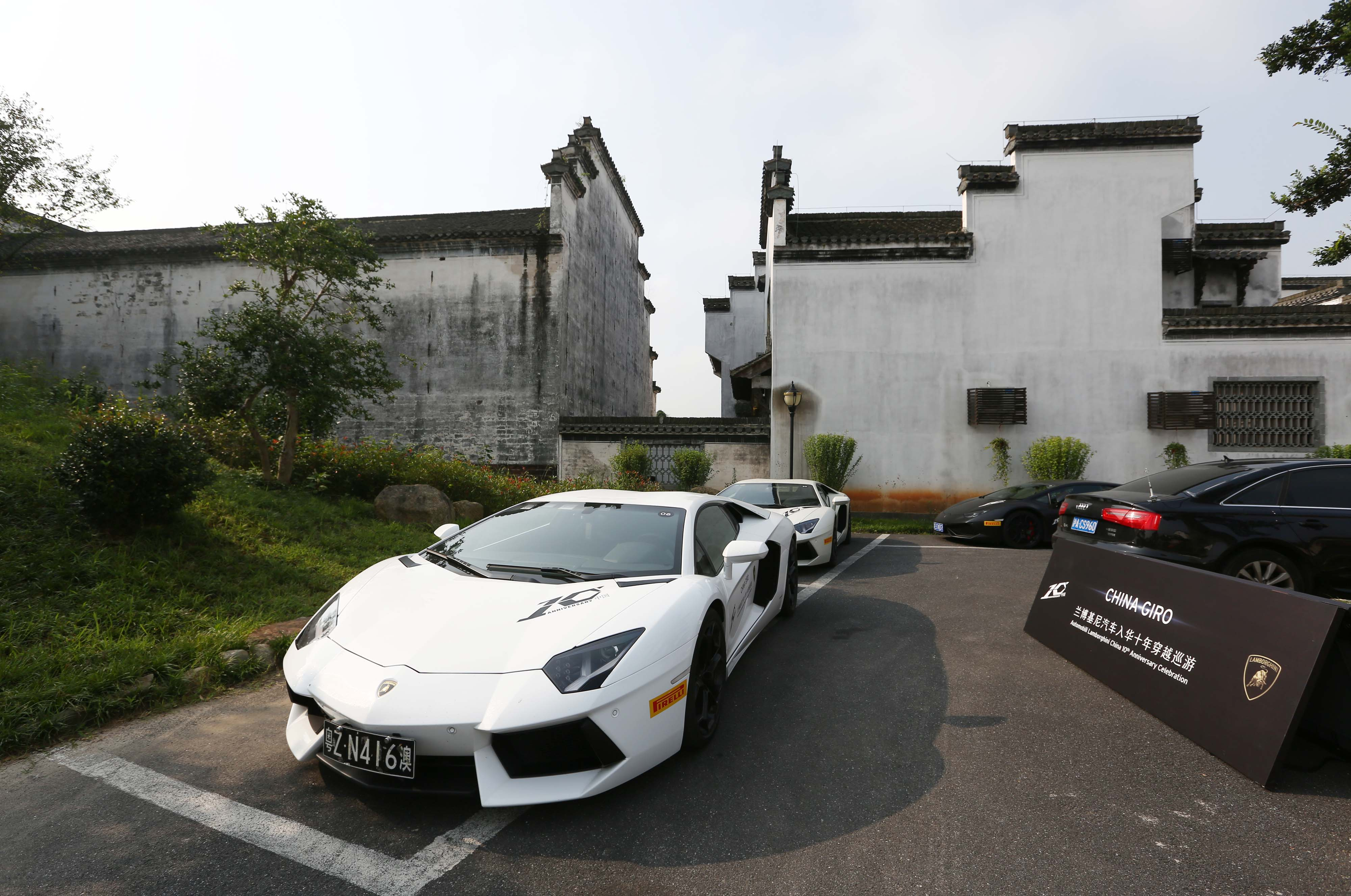 兰博基尼跑车来到安徽黄山市巡游展示,吸引了公众的目光.据高清图片