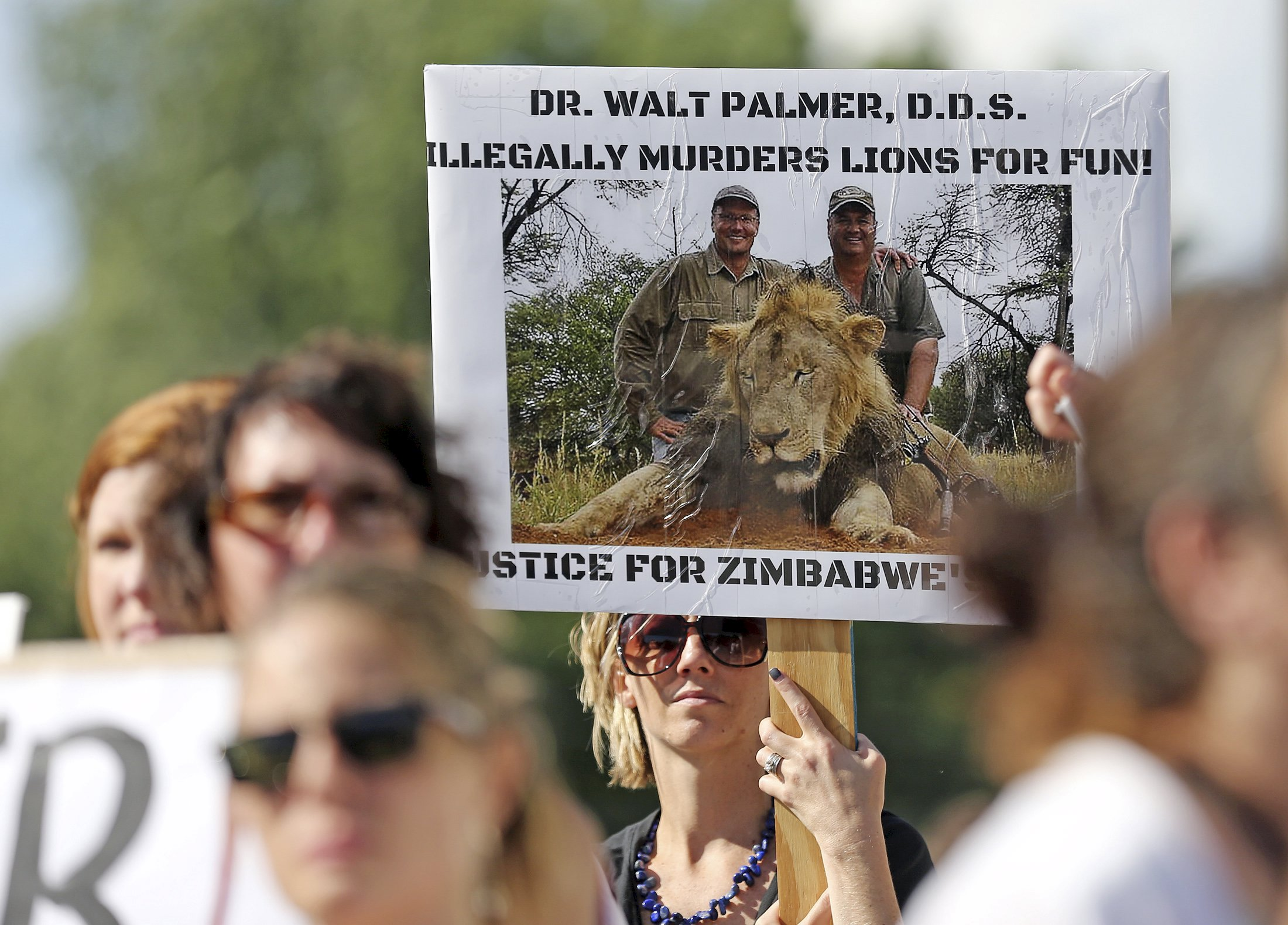 新华社温得和克8月10日新媒体专电(记者吴长伟)国际善待动物协会10日发布声明,呼吁纳米比亚和南非两个非洲国家放弃残忍的狩猎活动。   美国牙医帕尔默上月在津巴布韦猎杀狮王塞西尔后引发国际谴责合法狩猎的声浪。从上周起,近20家主要国际航空公司下令禁运狩猎战利品,其中包括美国达美航空、美国联合航空、加拿大航空和法国航空公司等。   不过,禁运令遭到南非和纳米比亚两国反对。纳米比亚环境与旅游部长波汉巴希菲塔上周说,禁运令将影响南部非洲的动物保护。   南非航空也抵制禁运令,称禁止狩猎者运回战利品对