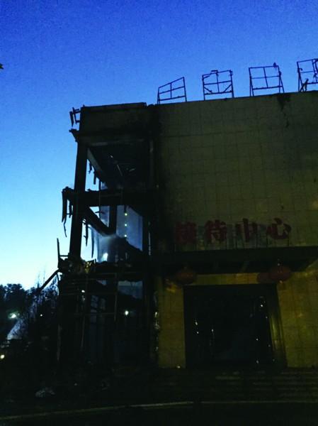 邢村立交桥西侧湛蓝的天空中冒起一团黑烟