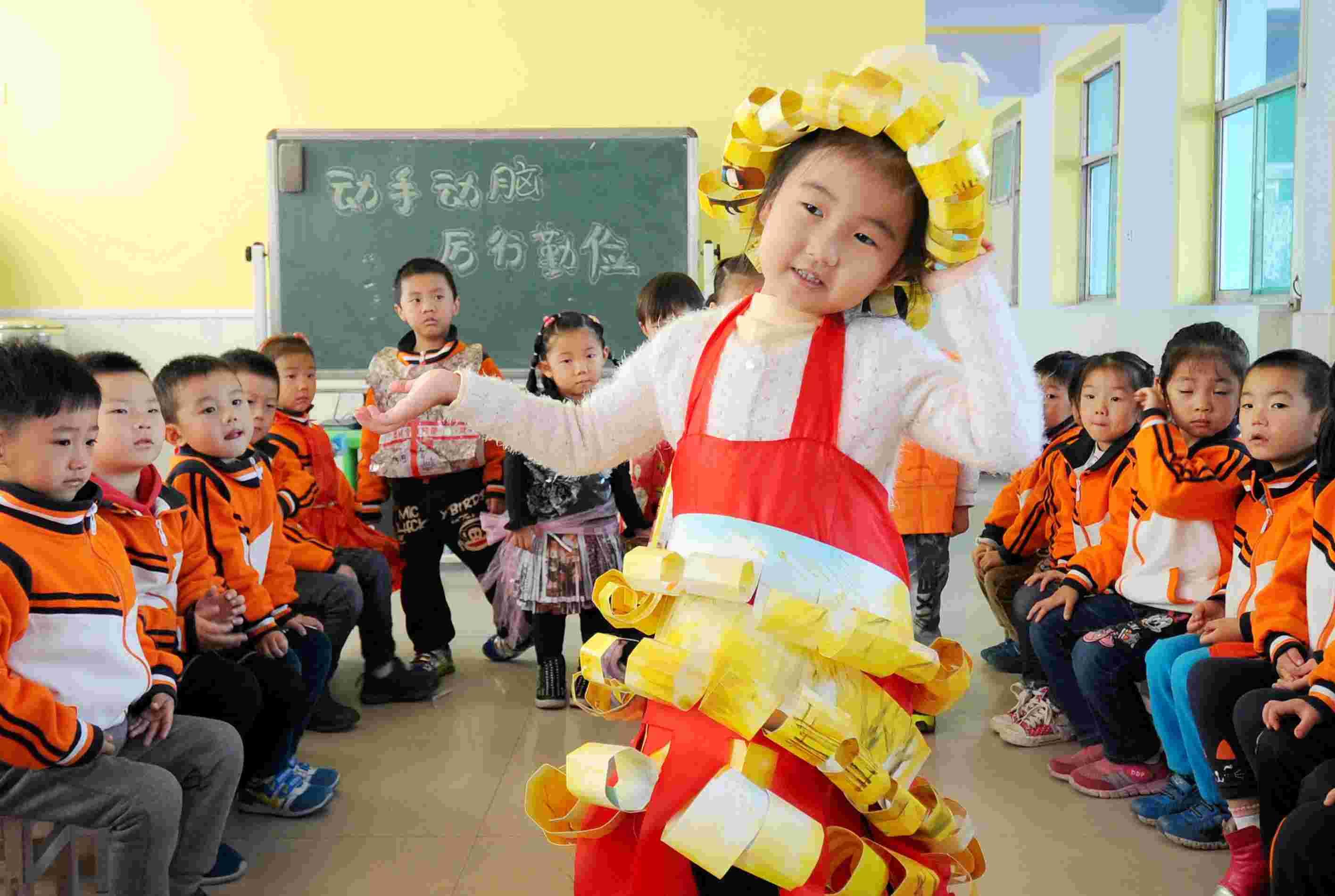 """""""变废为宝倡勤俭""""主题活动,组织孩子们利用废旧物品制作各种手工艺品"""