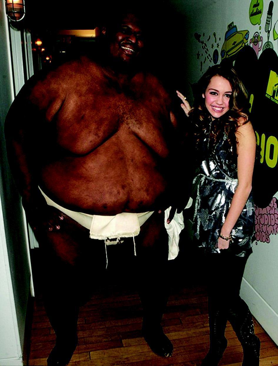 世界巨胖_4日报道,当今世界上体重最重的运动员、51岁的美国黑人相扑名将