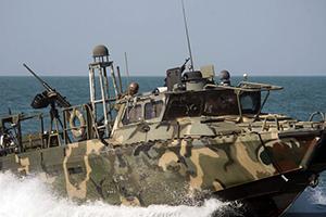 伊朗扣押两艘美军船只及10名士兵