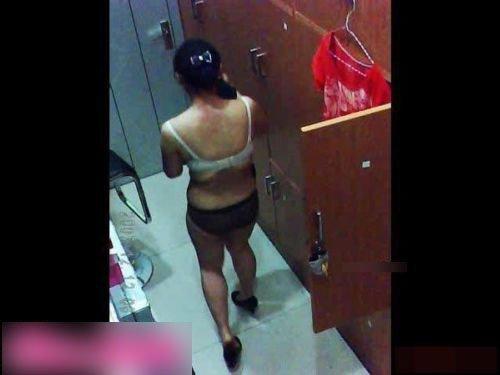 女子澡堂偷拍视频 组图:拍下裸体洗澡全过程女子澡堂偷拍视频
