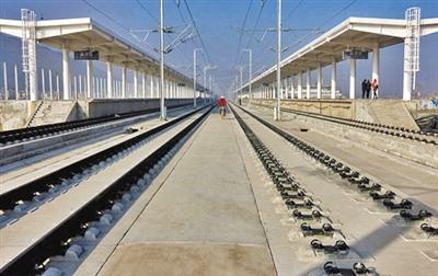 右图为已建成的宝兰客专通渭站站台。 兰州晨报记者 赵野 摄